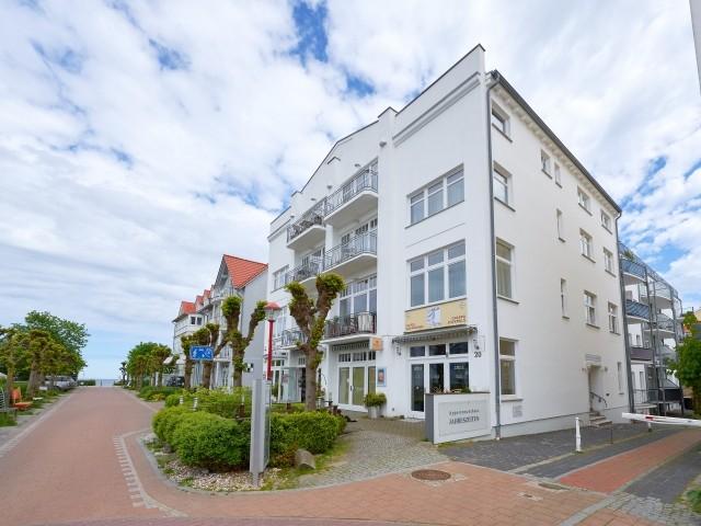 """Das Appartementhaus """"Jahreszeiten"""" in Binz, nur wenige Schritte vom Meer entfernt."""