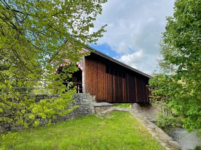 Historische überdachte Holzbrücke