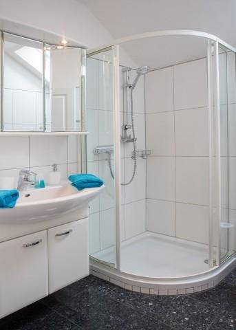 Bad mit Dusche und Waschplatz