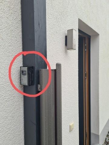 Schlüsselbox mit Code links neben Tür