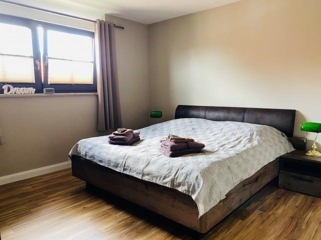 Schlafzimmer mit offenem Bett für alle Körpergrößen
