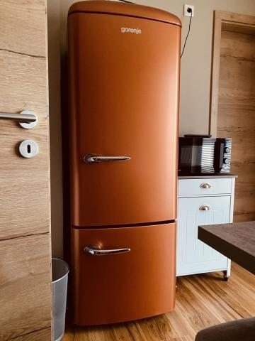Kühl-Gefrierschrank, Mikrowelle - alles was das Herz begehrt