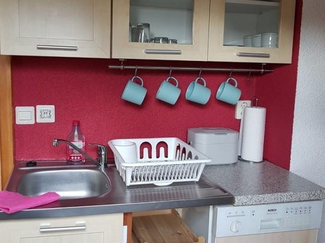 komplett eingerichtete Einbauküche mit Spülmaschine