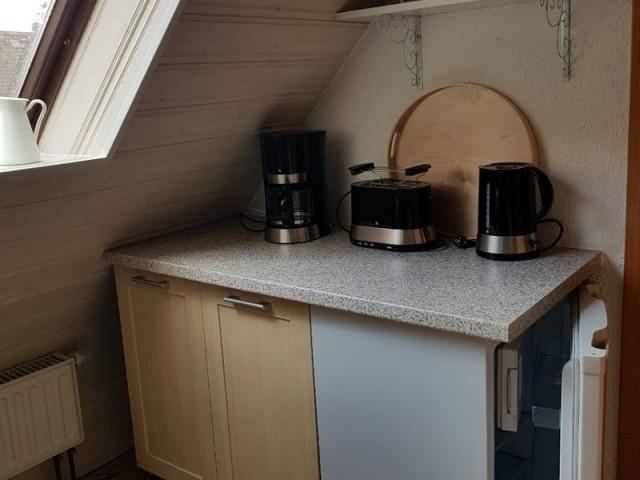 Küche mit Kaffeemaschine, Toaster, Wasserkocher