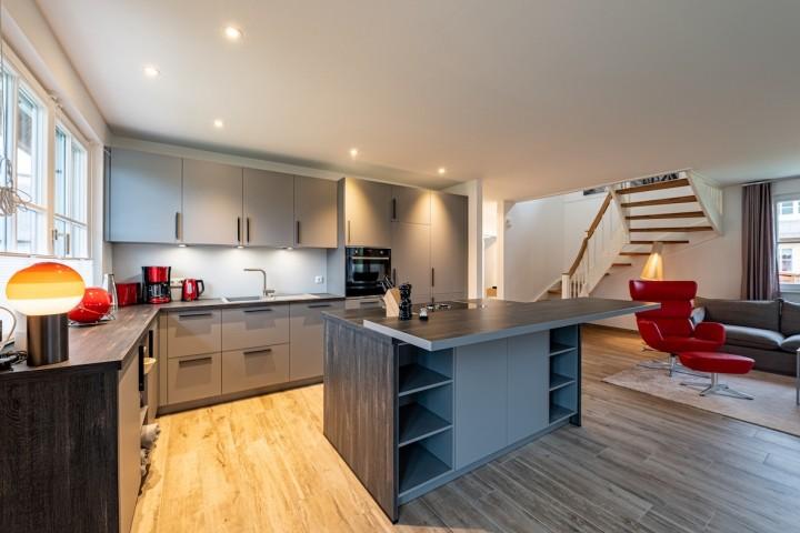 Blick zum Küchenbereich mit Aufgang OG