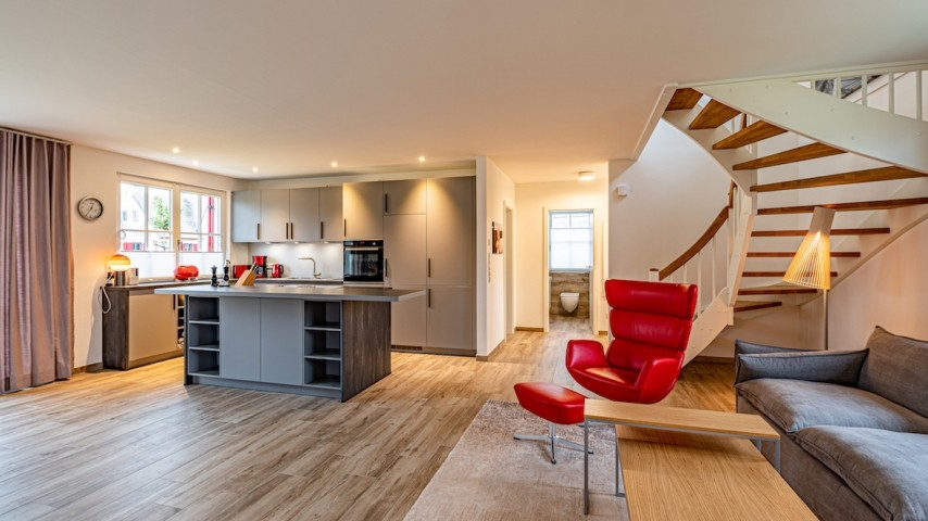 Blick von Wohnbereich zum Küchenbereich