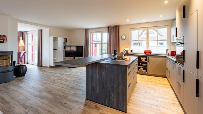 großer Wohnbereich mit integrierter Küche
