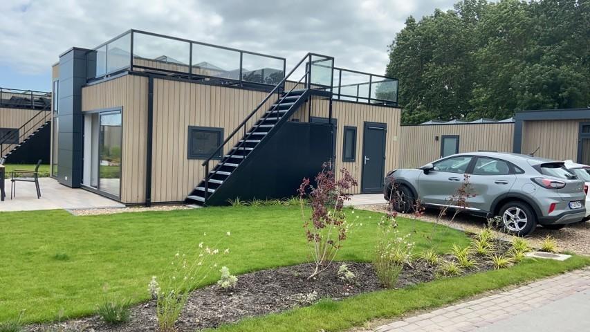 Haus Seitenansicht mit Grünfläche und Parkplatz