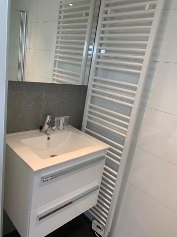Badezimmer mit großem Waschbecken und Dusche