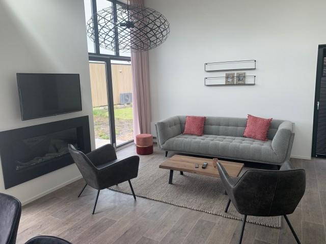Wohnzimmer mit TV und Ambiente Kamin