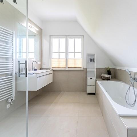 Badezimmer OG mit Wanne und Dusche