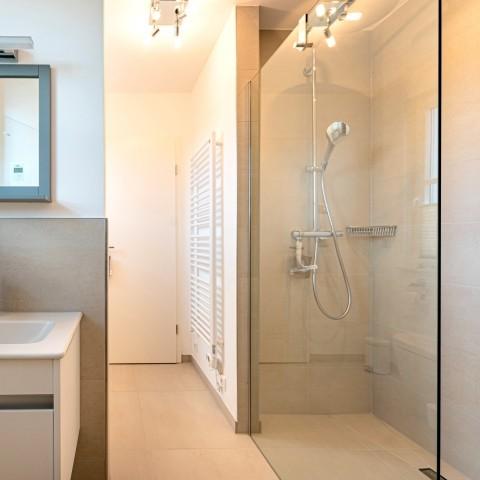 Saunabereich mit Dusche, Waschbecken und WC