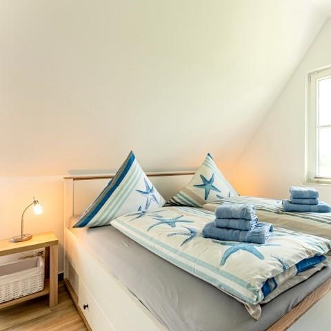 Schlafzimmer 2 mit Doppelbett und Balkonzugang