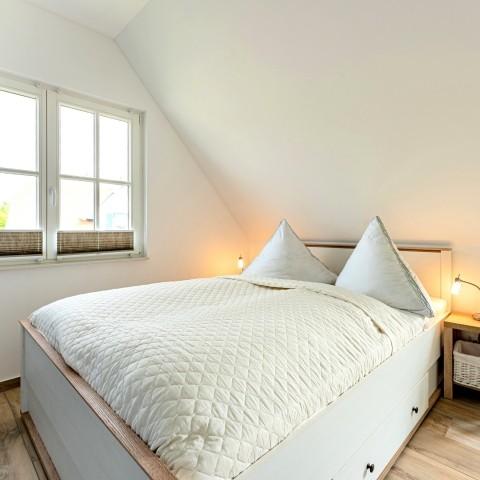 Schlafzimmer 1 mit Doppelbett und Balkonzugang