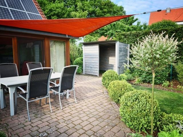 Terrasse mit Sonnensegel und Fahrradhaus