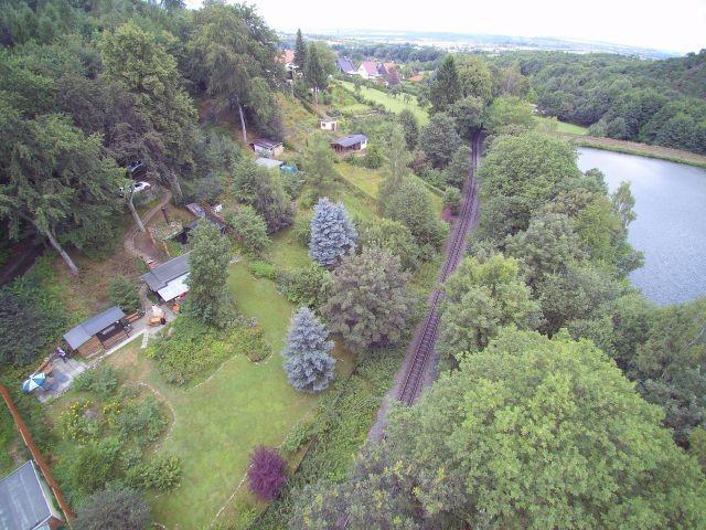 Luftbildaufnahme mit Waldsee