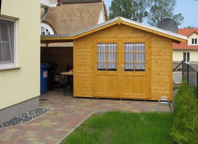 Hütte mit Unterstellplatz