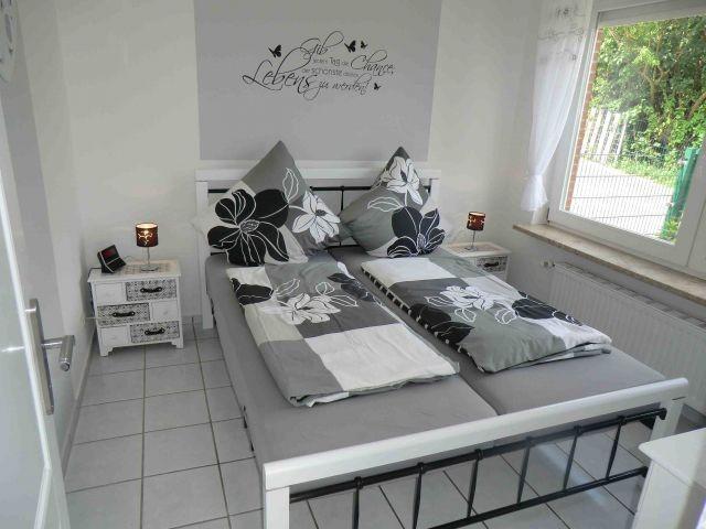 Das graue Schlafzimmer mit TV