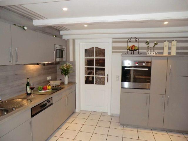 Moderne Einbauküche mit allem was Sie brauchen u. seperater Wirtschaftsraum.