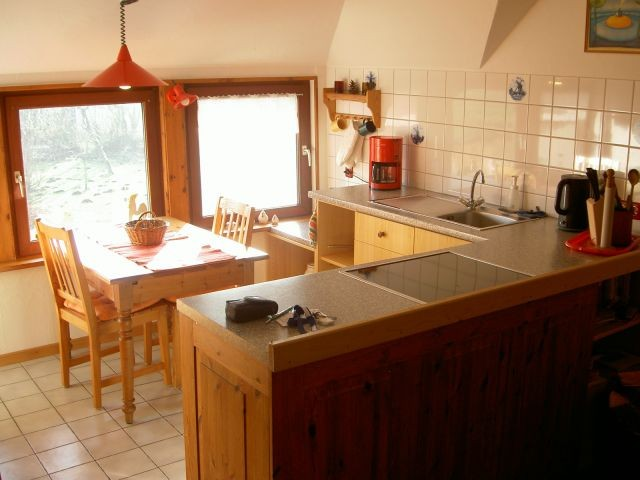 Einbauküche mit Essplatz am Fenster