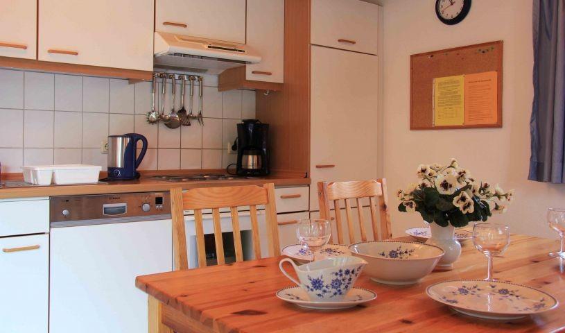 Offene Küche mit Einbauküchenzeile und Esstisch