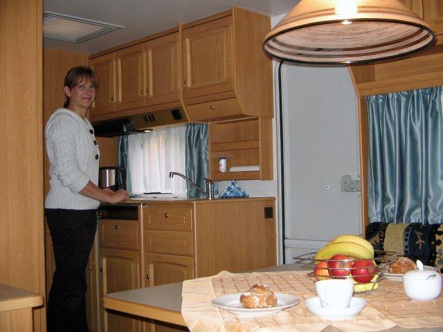 Blick auf die Kochecke im Mietwohnwagen