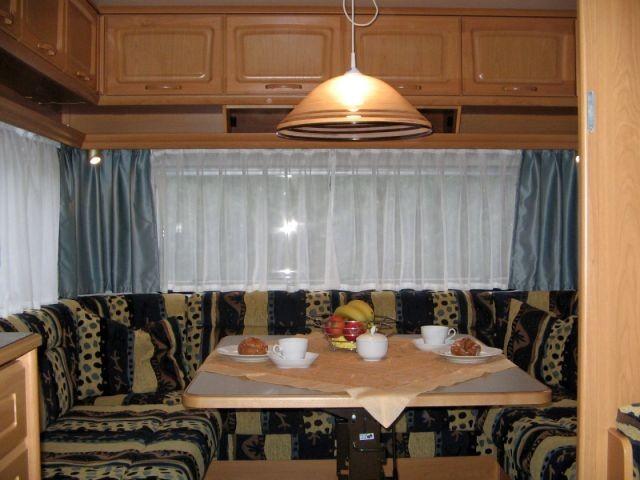Große Sitzecke kann zur Schlafecke umgebaut werden.