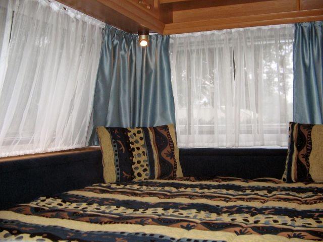 Großes Festbett, mit Schiebetür separierbar.