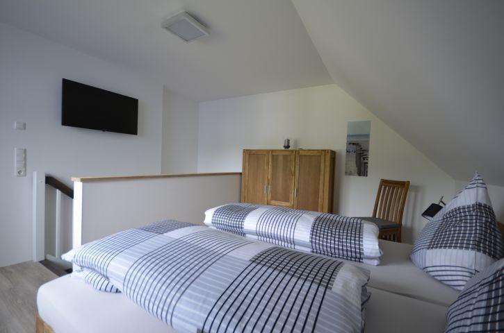 Schlafzimmer mit TV, 16 qm