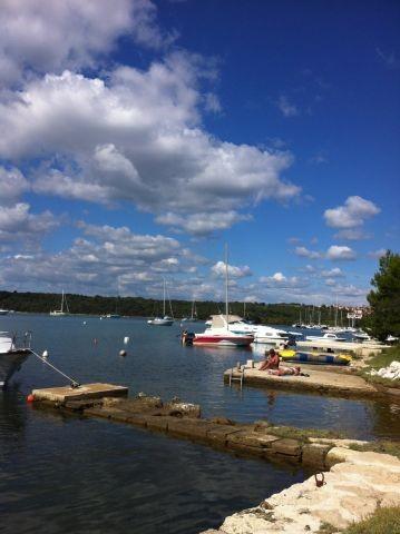 Idyllische Bootsliegeplätze in der Bucht