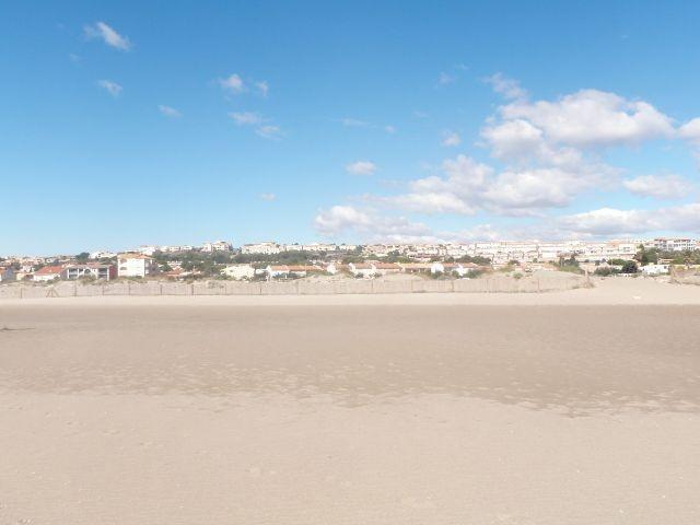 der lange breite Sandstrand