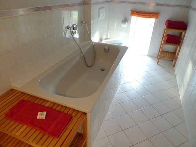 Großes Bad mit Badewanne