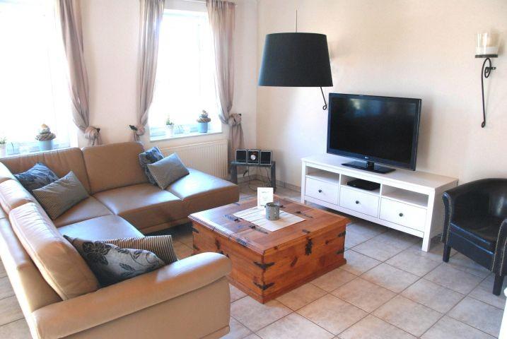 Wohnzimmer mit großem Flachbildschirm TV