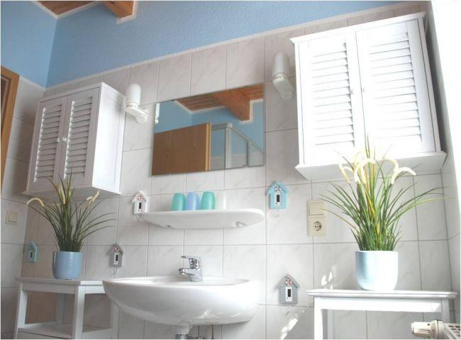 Badezimmer mit WC und Dusche (EG)