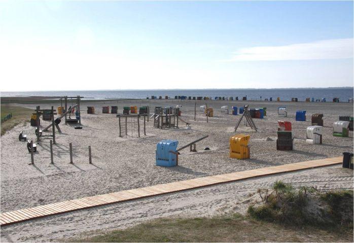 Strand von Neßmersiel mit Spielplatz und separatem Hundestrand