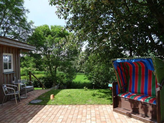 Blick von der Küche in Terasse und Garten
