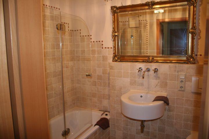Badezimmer ganz in Antik-Marmor gefliest