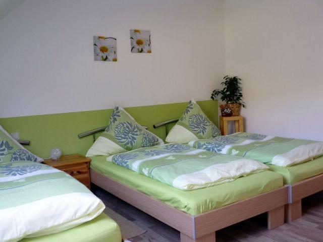 Schlafzimmer mit 3 Betten/ 1 Aufbettung möglich