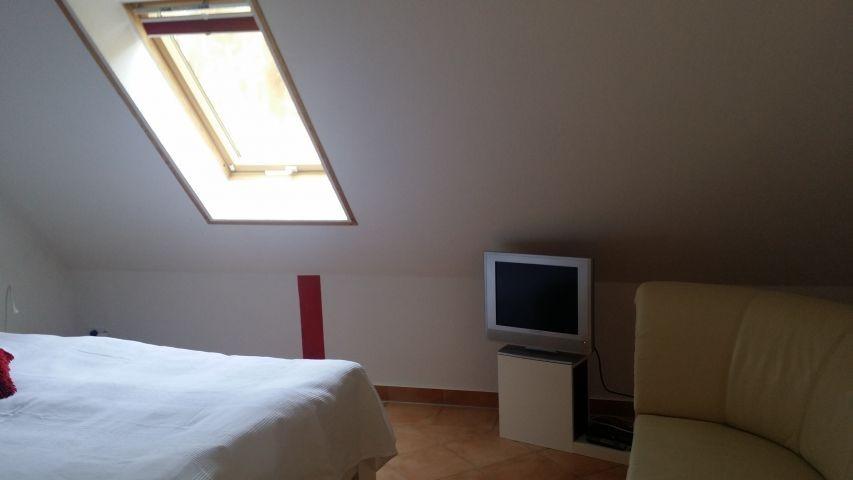 1 Schlafzimmer mit TV