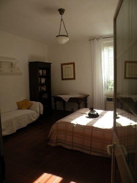 2. Schlafzimmer mit Blick in den Garten