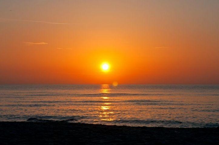 Und am Abend geht die Sonne im Meer unter.
