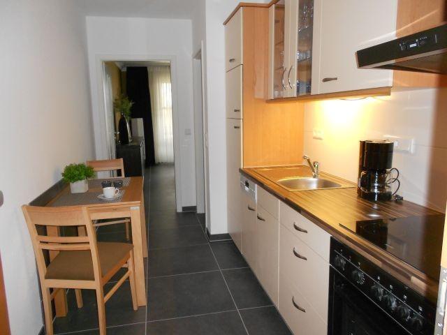 Kleine Küche mit Spülmaschine und Backofen