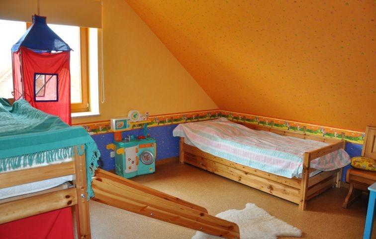 Kinderzimmer mit zwei Einzelbetten im OG