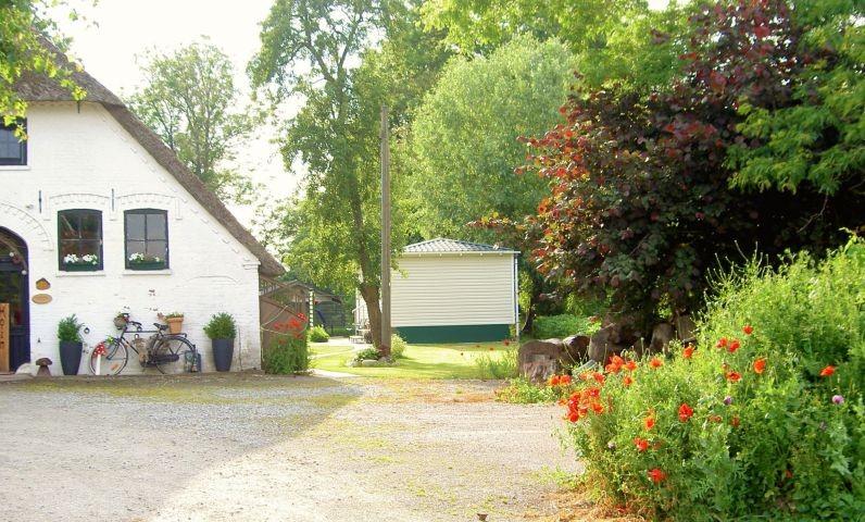 links Haus Bungt, rechts hinten Nautilheim