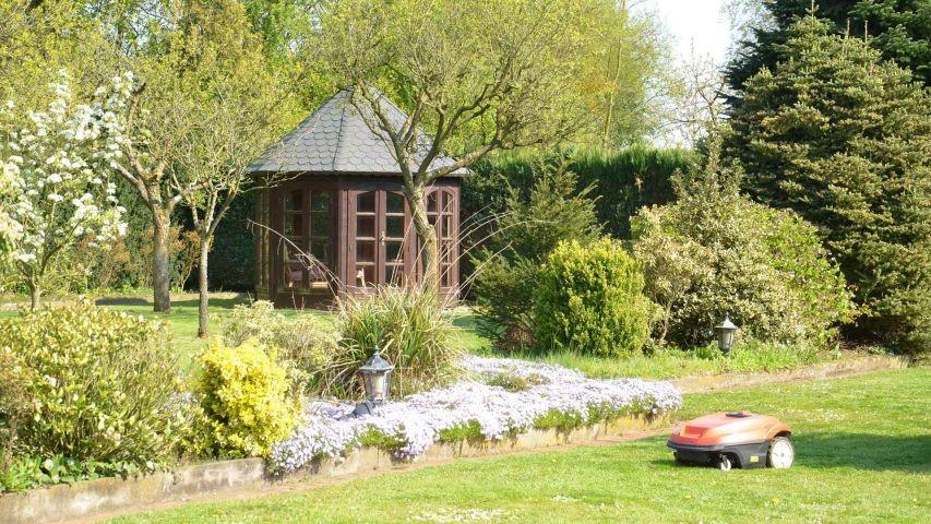 Das Teehaus im hinteren Garten