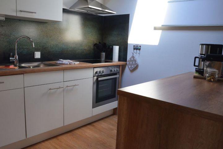 Die Küche mit Backofen und Ceranfeld