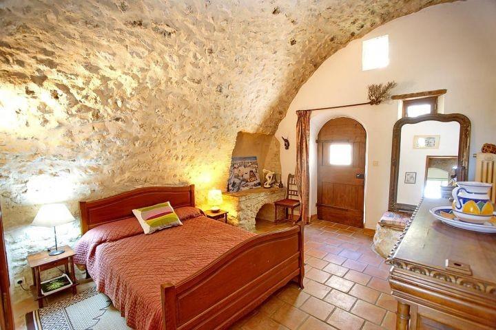 Schlafzimmer mit Doppelbett im Ferienhaus in der Provence