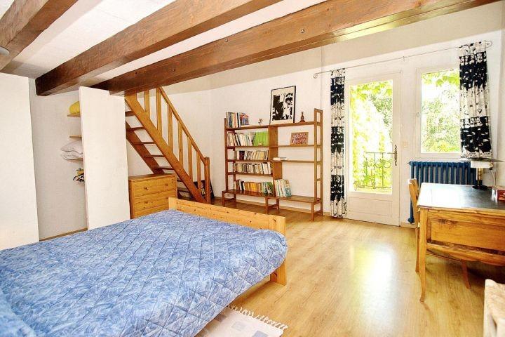 Schlafzimmer mit 1,60m breitem Bett und Balkon im Ferienhaus in der Provence