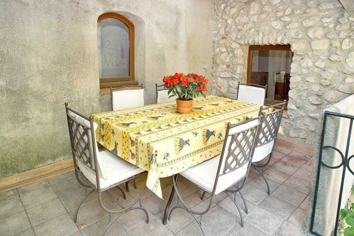 Balkon mit Essplatz vor der Küche im Ferienhaus in der Provence