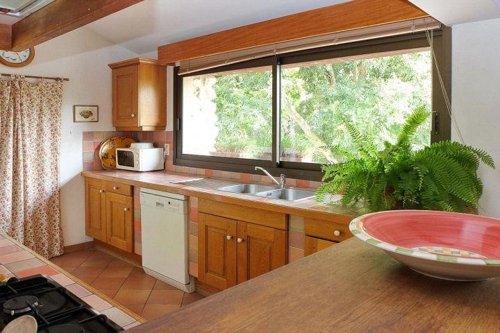Offene Küche mit Blick auf das Durance-Tal in der Provence